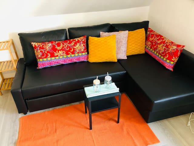 Gemütliches Sofa ( ausziehbar - lässt sich  ganz leicht in einen weiteren Schlafplatz verwandeln .. 3. & 4. Person )  Oder nur zum chillen  & lümmeln ...