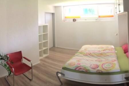Zimmer mit eigenem Bad in EFH, nähe Yachthafen - Kreuzlingen - 独立屋