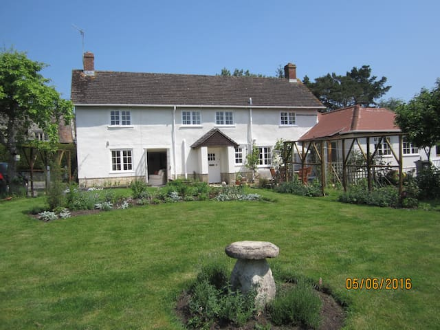 B&B in charming country cottage near Salisbury - Wiltshire