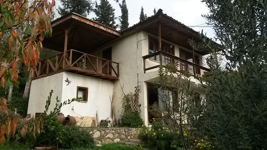 Olive Grove House in rustic village - Nicaea - Hus