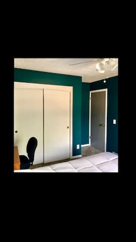 Quiet, Cozy West Omaha Bedroom