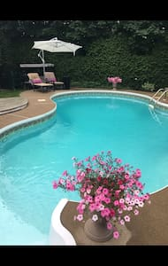 Inground pool, large private room with large private bathroom, 20 min to Montreal