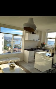 Breezy, light filled Harbour views - Elizabeth Bay - Huoneisto