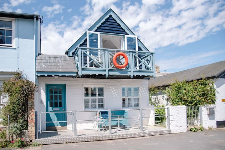 *NEW* Seahorse Cottage, Balcony with a sea view!
