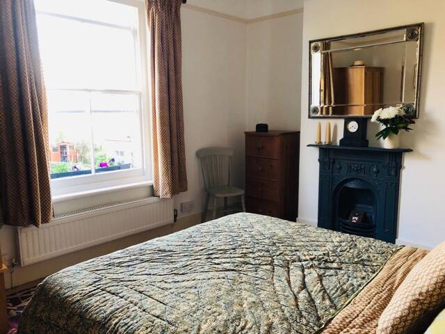Bedroom 1-kingsize bed