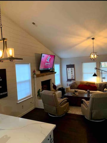 Clean & private bedroom in downtown Fishers!