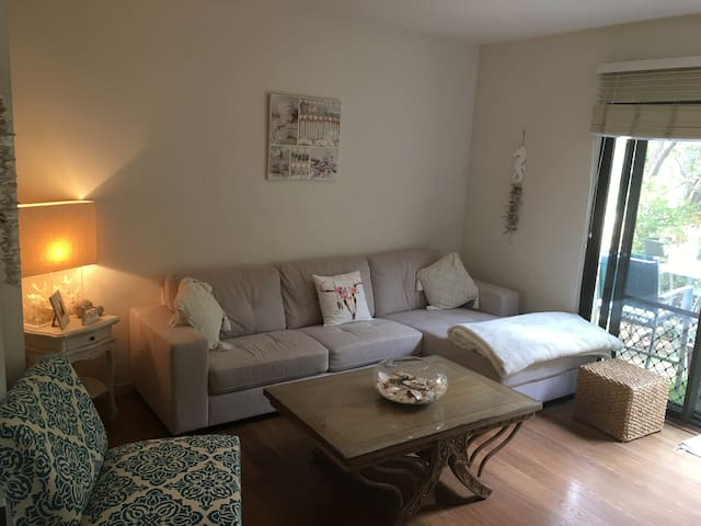 Private room in lovely 2 Bed Apt 5 mins from Beach