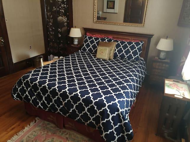 Master Bedroom - Queen