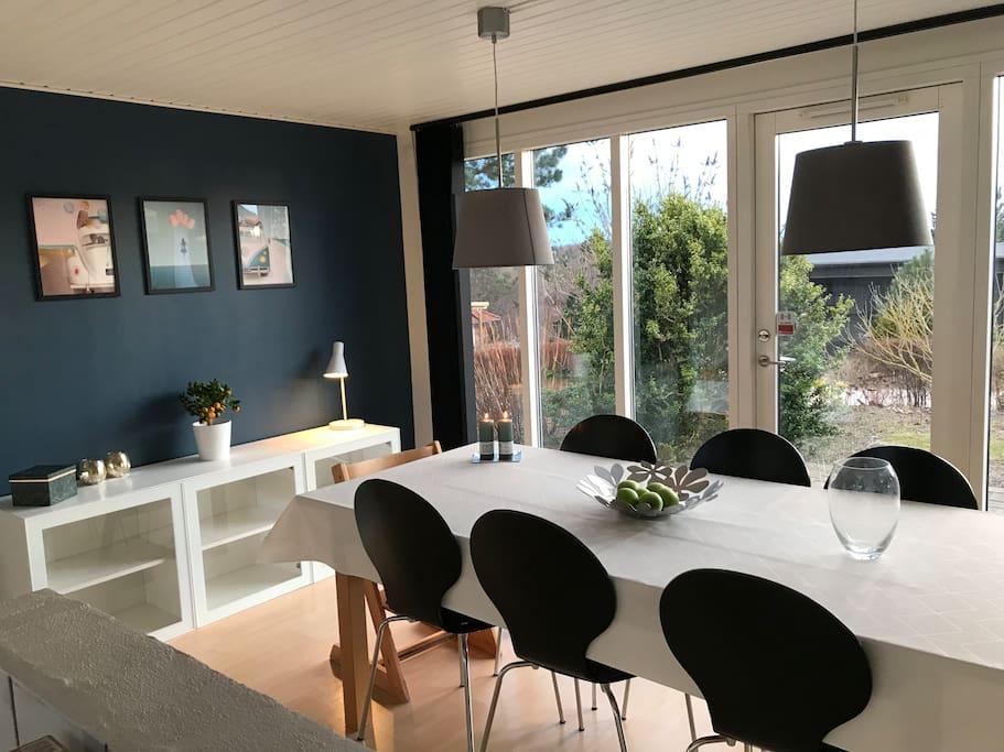 Stort spisebord med udtræksplader og ekstra stole