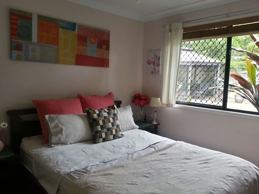 Queen Bed. Quality Sheets. Ceiling Fan & Ducted AC in Room.