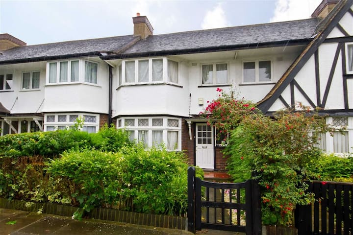 Tudor house in posh area with free UK calls& wifii - Lontoo - Talo