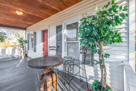 Vintage home 8 minutes to downtown