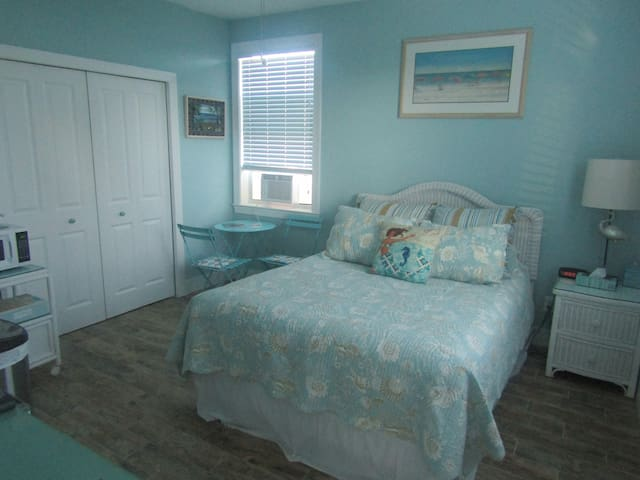 NEWTON'S RETREAT 1 BR/1 BA Jacuzzi & Beach Access