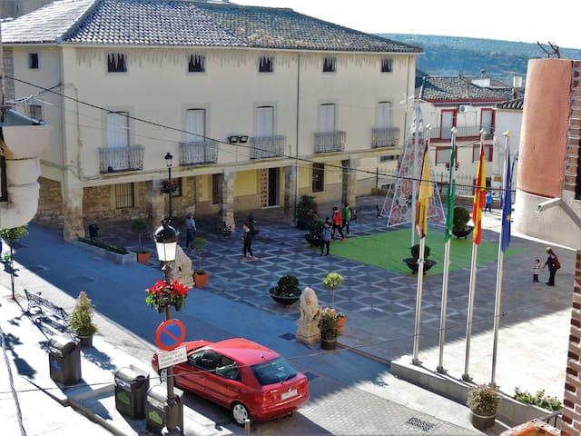 vistas desde el salón y dormitorio a la plaza central del Ayuntamiento de la localidad.