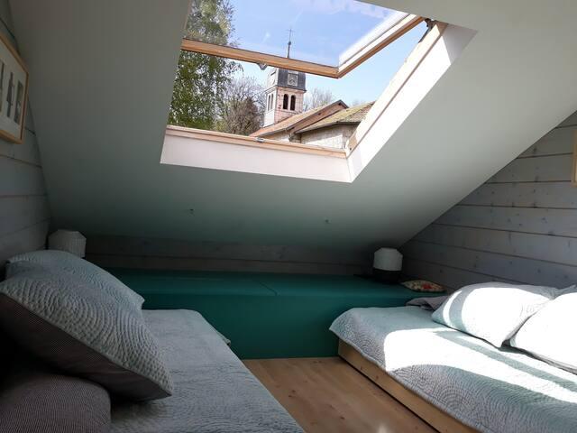 seconde chambre avec deux lits 1 personne