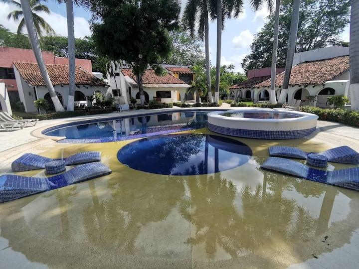 Casa con alberca frente a club de Golf, Ixtapa.