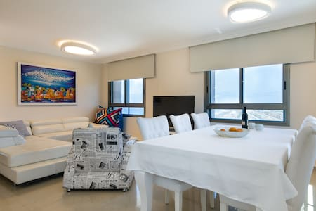 Gorgeous 3 rooms Apt Right next to the beach