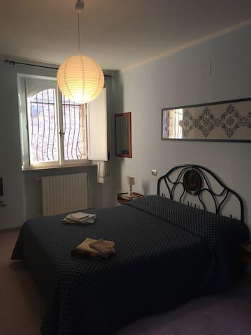 Camera da letto con testata del letto ricamata in punto assisi