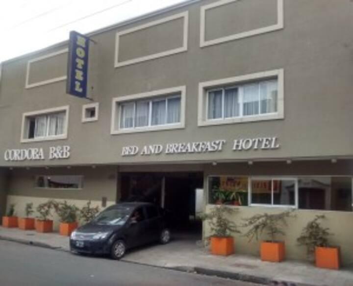 Hotel-Habitación single con cochera en el Centro
