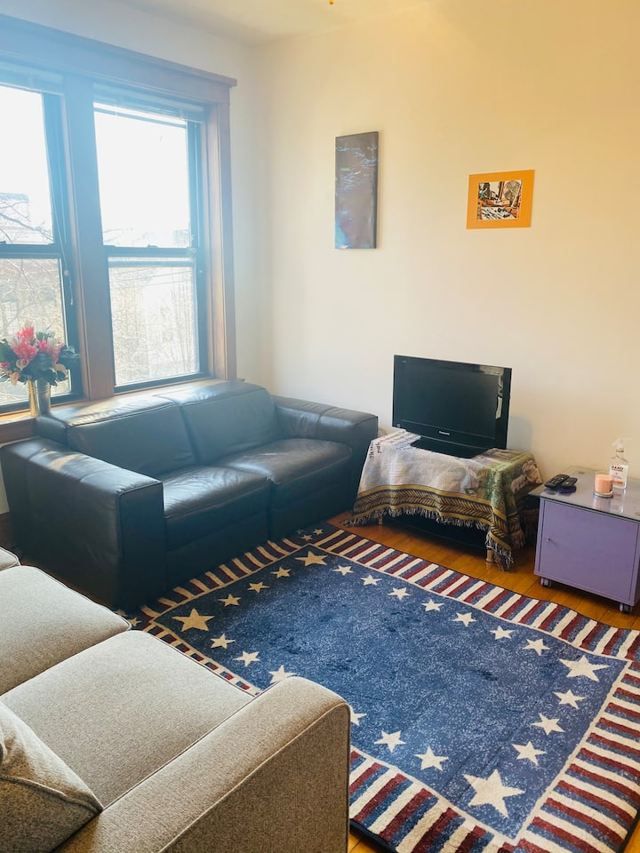 Spacious room available in Lakeview apartment