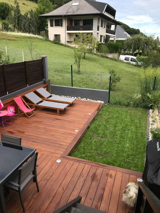 Terrasse/jardin vue Lac (barbecue, transats, grande table avec chaises)