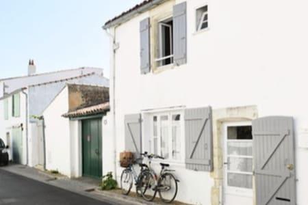 Jolie Maison dans Village en bord de mer...