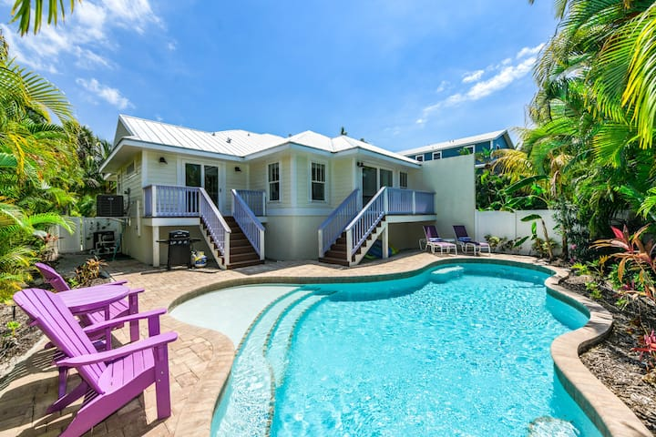 Enjoy Gulf Breeze this summer! Beautiful 3 bedroom close to beach cottage!