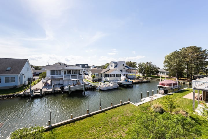 Canal front cottage in quiet neighborhood with furnished deck and free WiFi!