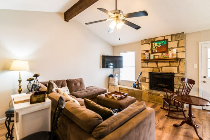 Conveniently Located 20 Mins to Downtown Austin