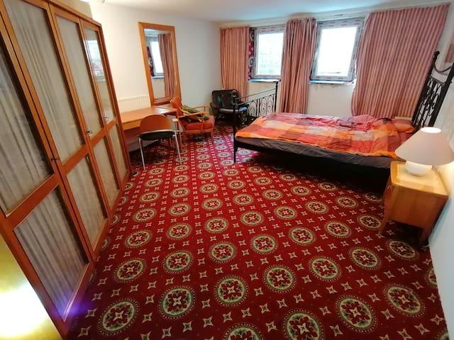 Großes Schlafzimmer im Souterrain