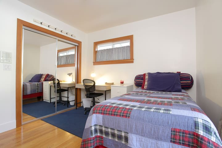 Cozy Room on a Large Property Near Warner Center