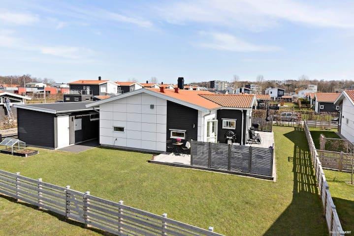 Centralt och modern havsnära villa i Varberg!