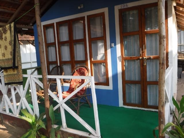 Family hut @ middle of Patnem Beach, 2 rooms