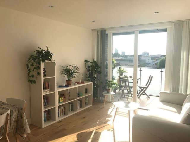 Sunny room + private bathroom near Shoreditch