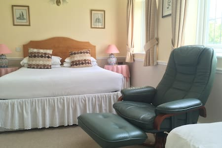 Private en-suite triple room close to Stonehenge - Amesbury - Bed & Breakfast