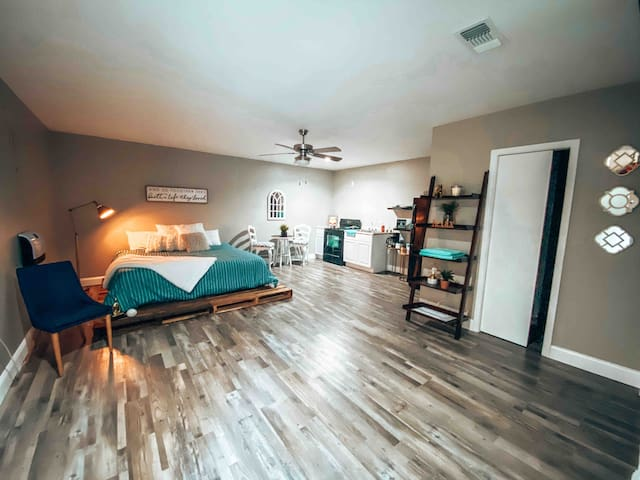 Rustic and Cozy Efficiency / Perfect DFW location!