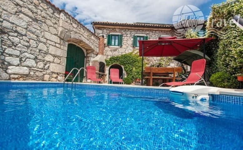 Villa with swimming pool in a quiet area