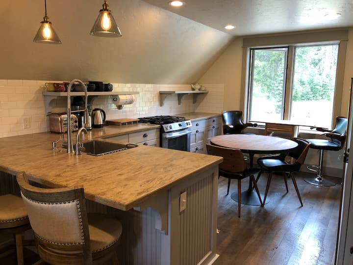 Charming apartment, two decks, Hot Tub, Garage
