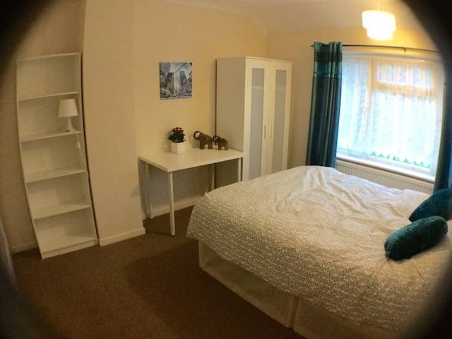 Cheap & cheerful room good value - Bristol