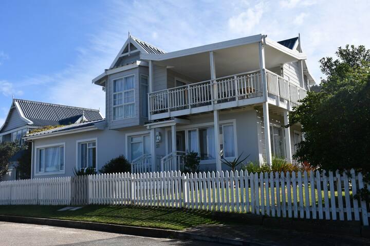 Blissful Beach House Glentana