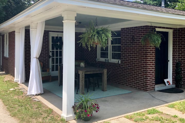 Spacious 3 BR Home 5 Minutes from Downtown