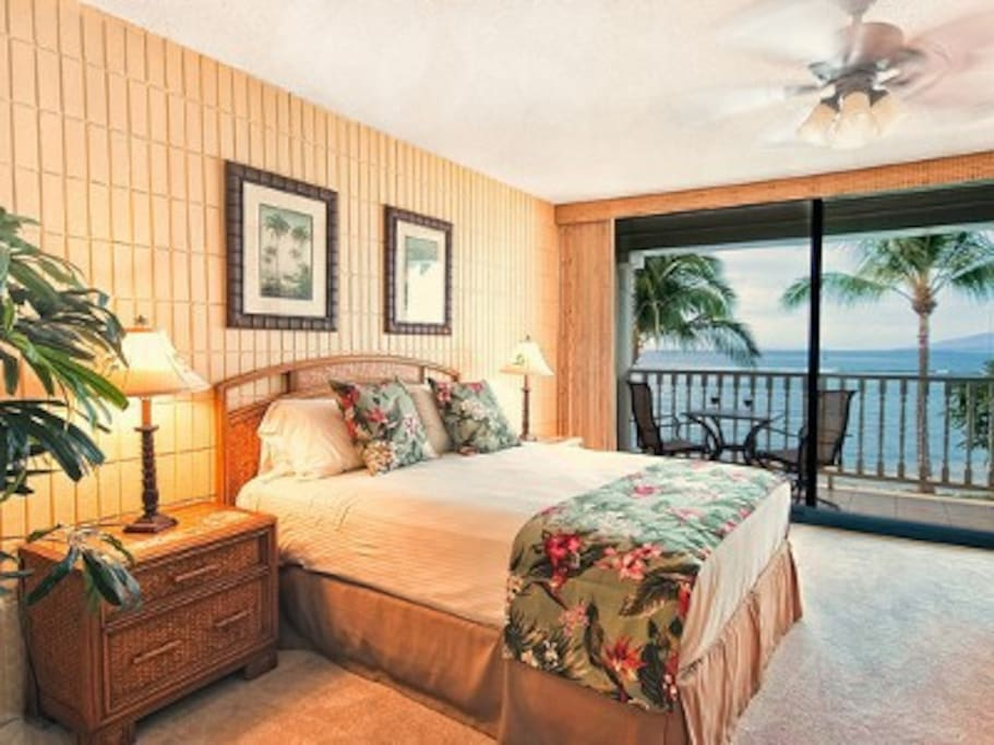 Comfy hotel grade queen bed with views of the Pacific and two neighbor islands.