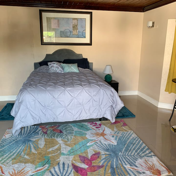 Cozy Studio apartment, 5 minute walk from beach