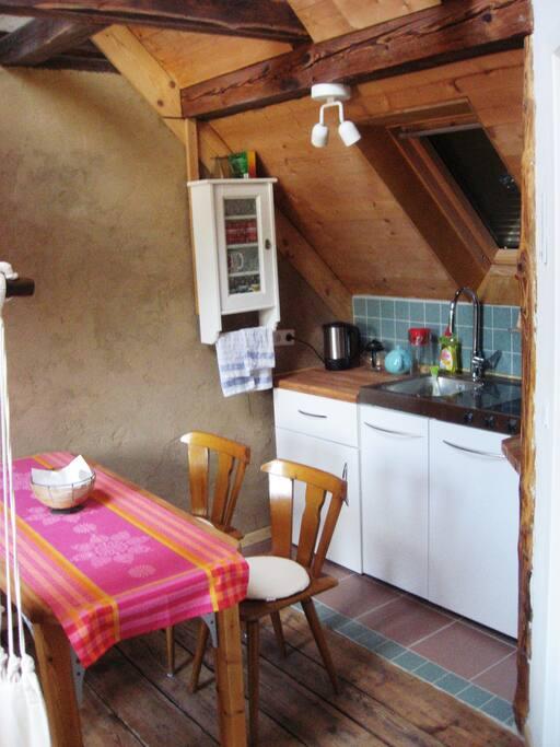 Küche mit Kühlschrank und Ceranfeld