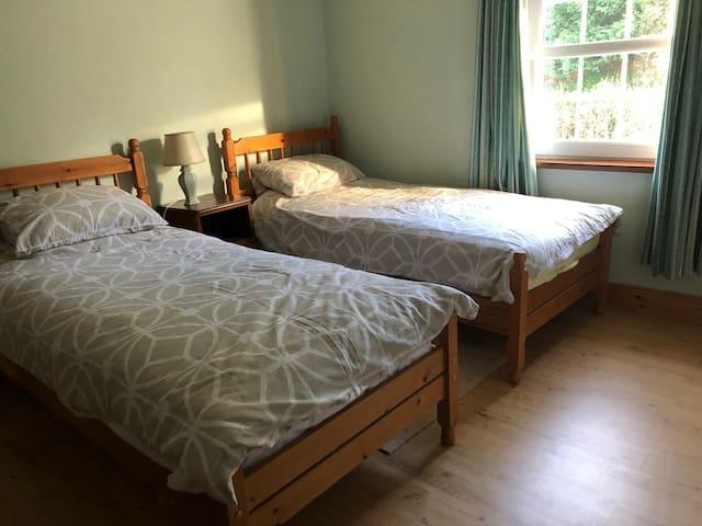 Bedroom 3: Twin beds