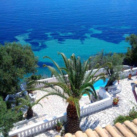 Terrasse /pisine avec l'eau de mer / swimming pool with sea water