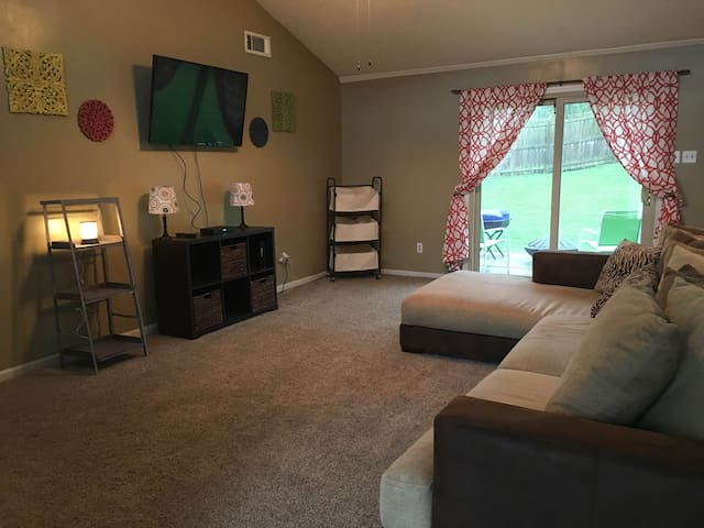 EXCELLENT Location! Close to Shopping and More!! - Lexington - House