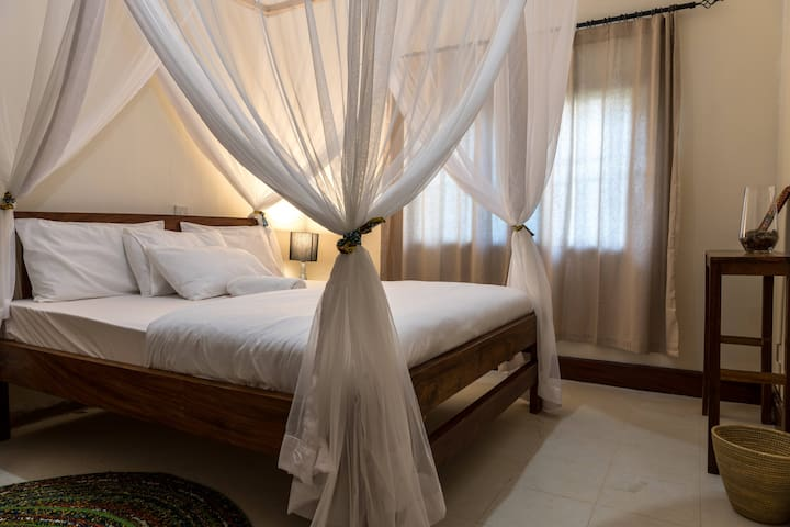 Muti Entebbe: Double Room with Shared Bathroom