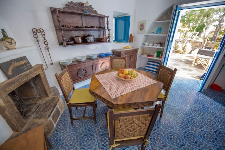 HOUSE IN SICILIAN ISLAND
