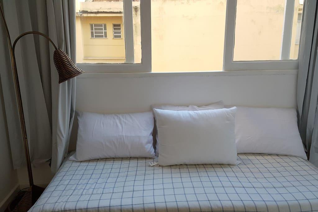 01 cama de casal e 02 camas de solteiro